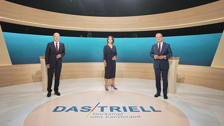 Kanzlerkandidat Olaf Scholz (links nach rechts), Kanzlerkandidatin Annalena Baerbock (Bündnis90/Die Grünen) und Kanzlerkandidat Armin Laschet (CDU) stehen im Fernsehstudio für ein TV-Duell bei ARD und ZDF; Foto: dpa (12.09.2021)