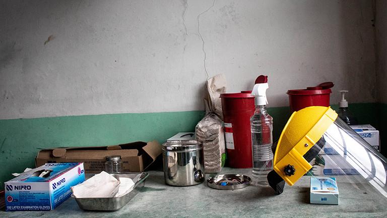 Auf einem Tisch liegt Equipment für Impfungen, wie Pflaster, Gesichtsschutz und so weiter. In der Stadt  San Jose de la Montana in Kolumbien wird gegen Corona geimpft (12.Juli 2021)