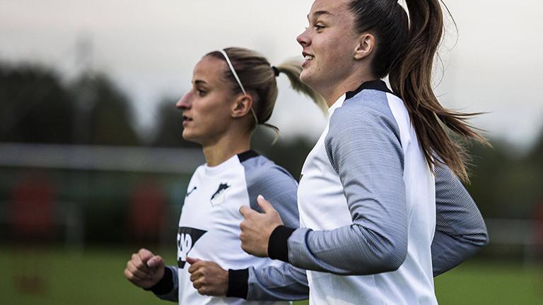 Vanessa Leimenstoll und  Tine De Caigny vom Fußballverein Hoffenheim laufen sich warm. Das letzte Training vor dem Start der UEFA-Champions League (04.10.2021)