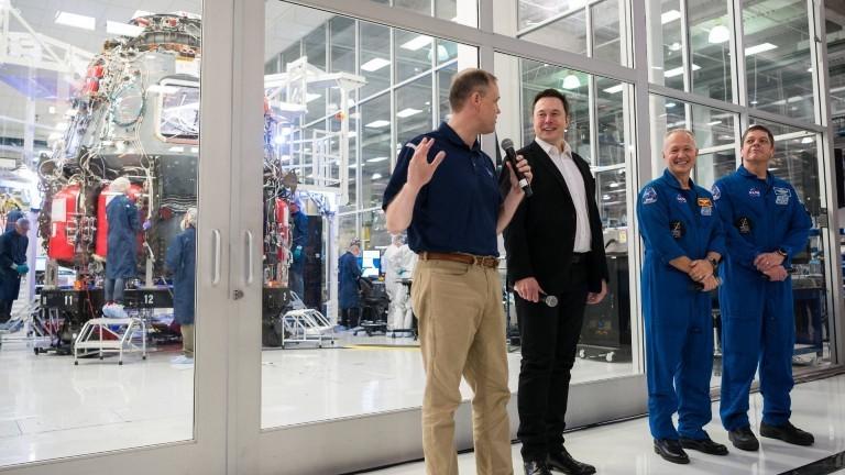 Elon Musk bei der Nasa mit Astronauten Doug Hurley und Bob Behnken