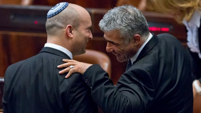Naftali Bennett und Jair Bennett im Gespräch.