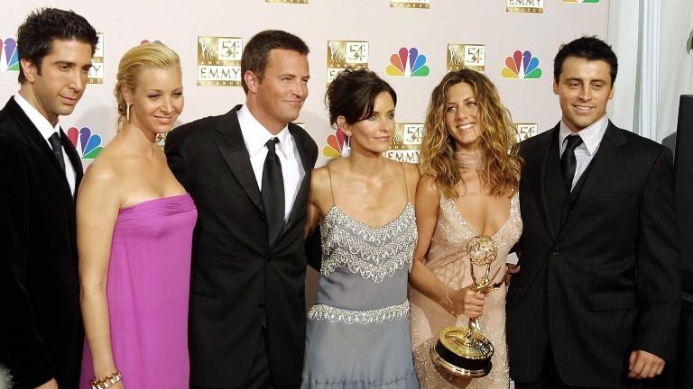 Die amerikanischen Schauspieler David Schwimmer, Lisa Kudrow, Mathew Perry, Courtney Cox Arquette, Jennifer Aniston und Matt LeBlanc (l-r), die Darsteller der Comedy-Serie «Friends», freuen sich am 22.9.2002 bei der Verleihung der Fernsehpreise «Emmys» in Los Angeles.