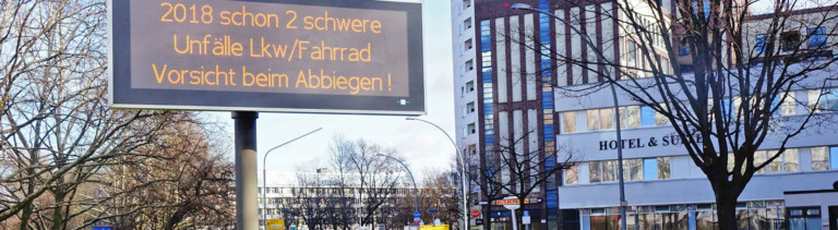 Straße in Berlin, Elektronische Anzeige: 2018 schon 2 schwere Unfälle Lkw/Fahrrad Vorsicht beim Abbiegen!