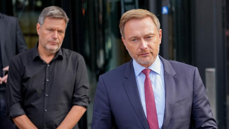 Robert Habeck (Grüne) und Christian Lindner (FDP) geben nach den Sondierungsgesprächen der beiden Parteien nach der Bundestagswahl ein Pressestatement.