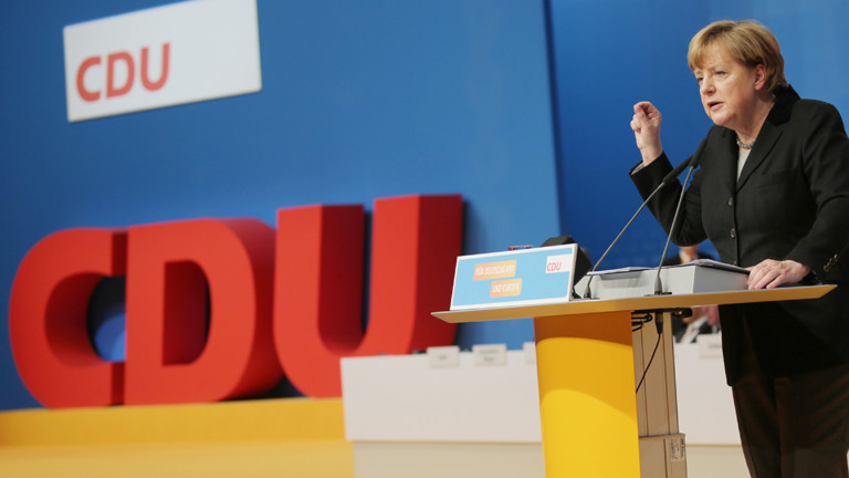 Die CDU-Bundesvorsitzende und Bundeskanzlerin Angela Merkel spricht am 14.12.2015 in Karlsruhe (Baden-Württemberg) beim Bundesparteitag zu den Delegierten.
