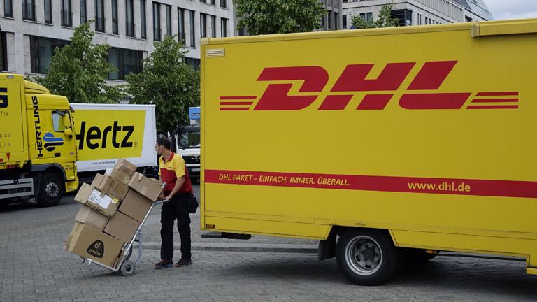 Ein Paketzusteller von DHL