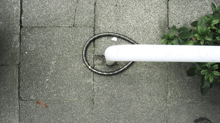 Ein Fahrradschloss an einem Geländer
