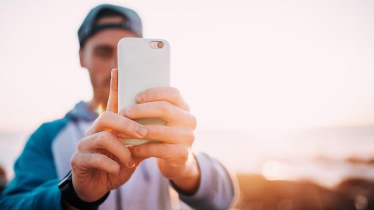 Ein Mann mit einem Smartphone