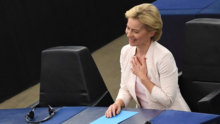 16.07.2019, Frankreich, Straßburg: Ursula von der Leyen freut sich nach der Bekanntgabe der Wahlergebnisse im Plenarsaal. Von der Leyen wird die neue EU-Kommissionspräsidentin.