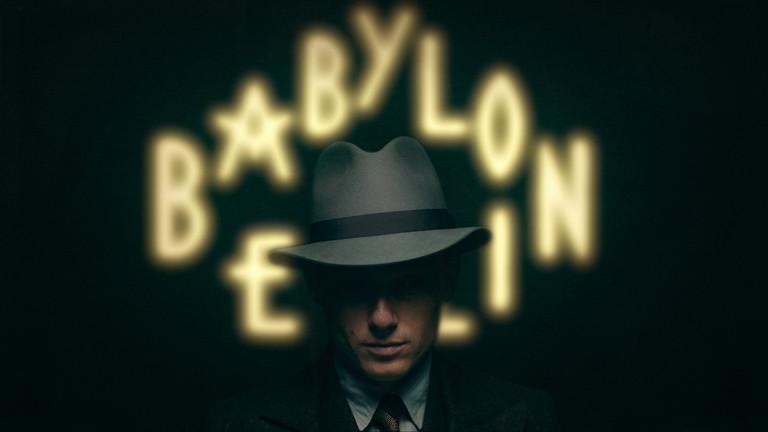 ein Mann mit Hut vor dem Schriftzug Babylon Berlin