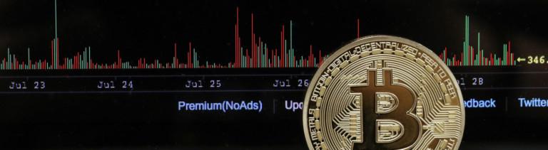 Bitcoin-Souvenirmünze vor PC-Bildschirm