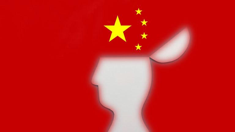 Scherenschnitt Kopf mit geöffnetem Deckel, dahinter chinesische Flagge