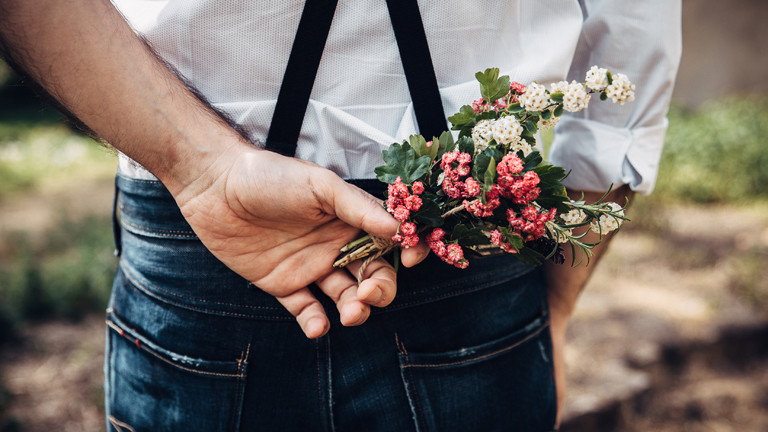 Mann mit Blumen in der Hand