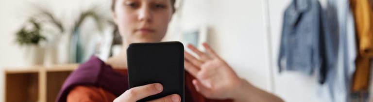 Frau blickt in ihr Handy