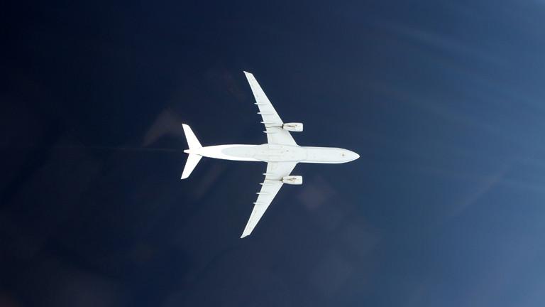 Ein Flugzeug von unten fotografiert