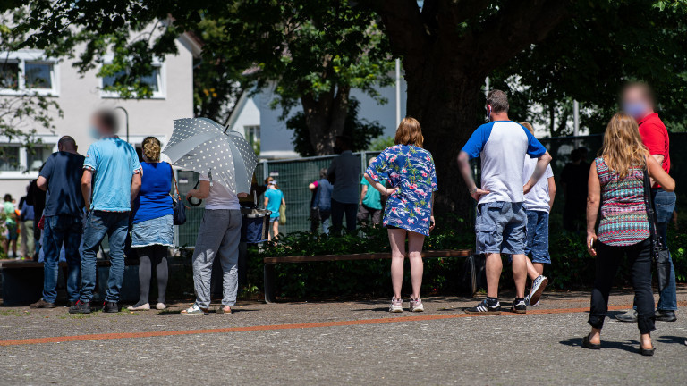 23.06.2020, Nordrhein-Westfalen, Gütersloh: Menschen stehen Schlange beim gratis Coronavirus-Test für die Bevölkerung am Carl-Miele-Berufskolleg.