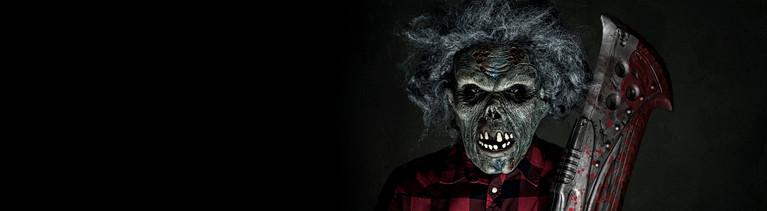 Eine Figur aus einem Horrorfilm mit einem blutigen Beil