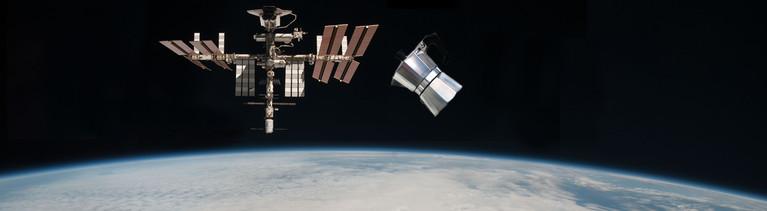 Neben der ISS schwebt eine kleine Espresso-Herdkanne