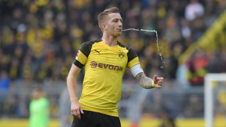 Marco Reus (Borussia Dortmund) spuckt Wasser auf den Rasen