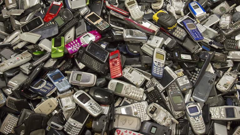 Handyschrott: Handys auf dem Muell