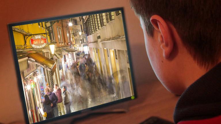 Jugendlicher schaut TV, Zeitrafferbild
