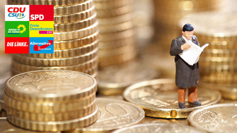 Auf einem Berg von Cent-Münzen steht eine Spielzeugfigur mit Zeitung in der Hand.