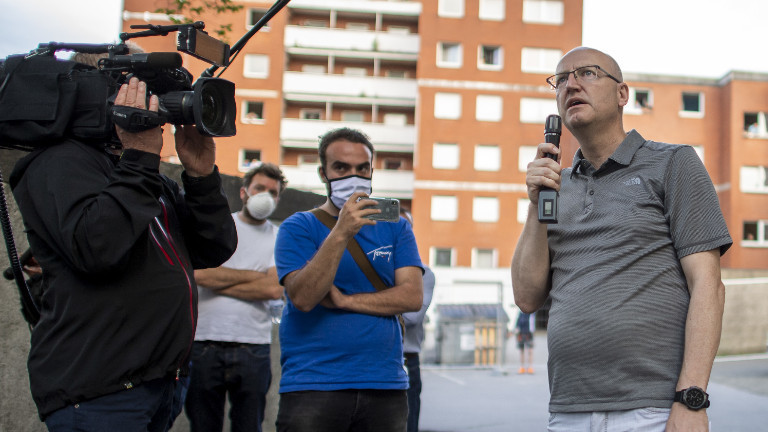 20.06.2020, Nordrhein-Westfalen, Verl: Michael Esken (r, CDU), Bürgermeister der Stadt Verl, spricht zu den Menschen, die in Quarantäne stehen.