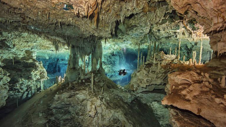 Taucher im Unterwasserhöhlensystem Dos Pisos in Yucatan