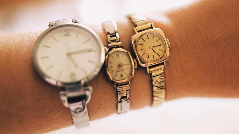 Handgelenk mit drei Armbanduhren
