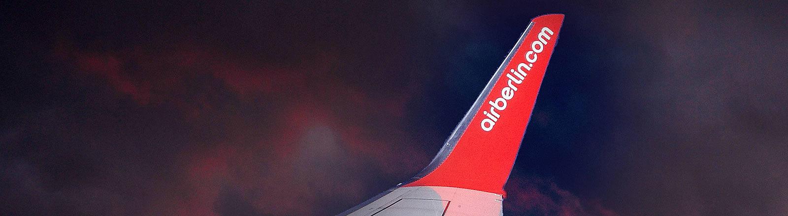 Tragfläche eines Airberlin-Flugzeugs, dunkle Wolken