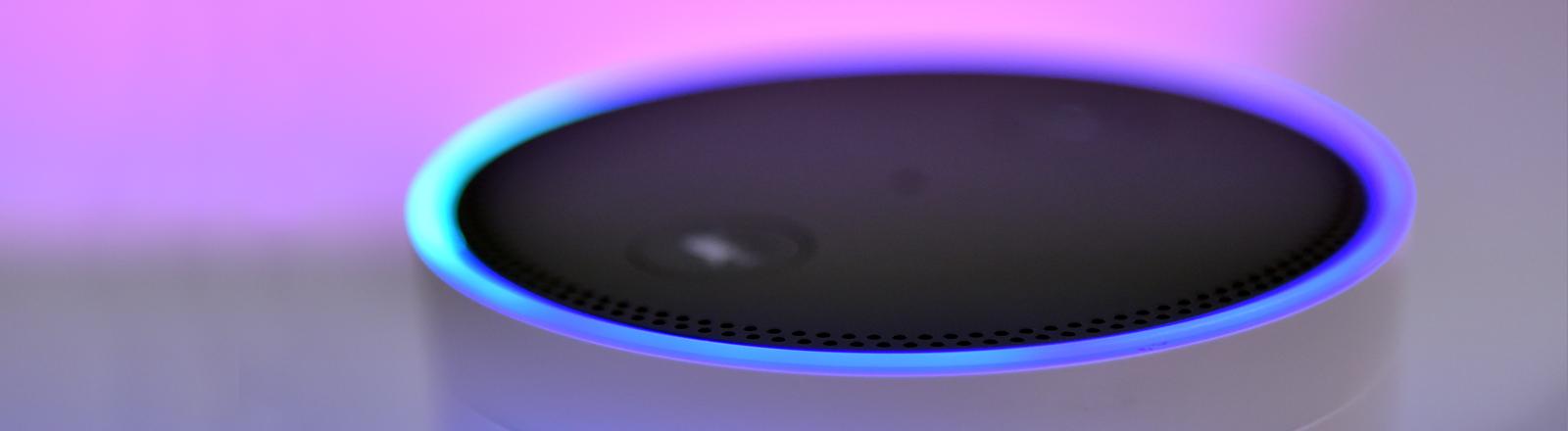 Amazons Alexa vor farbigem Lichthintergrund