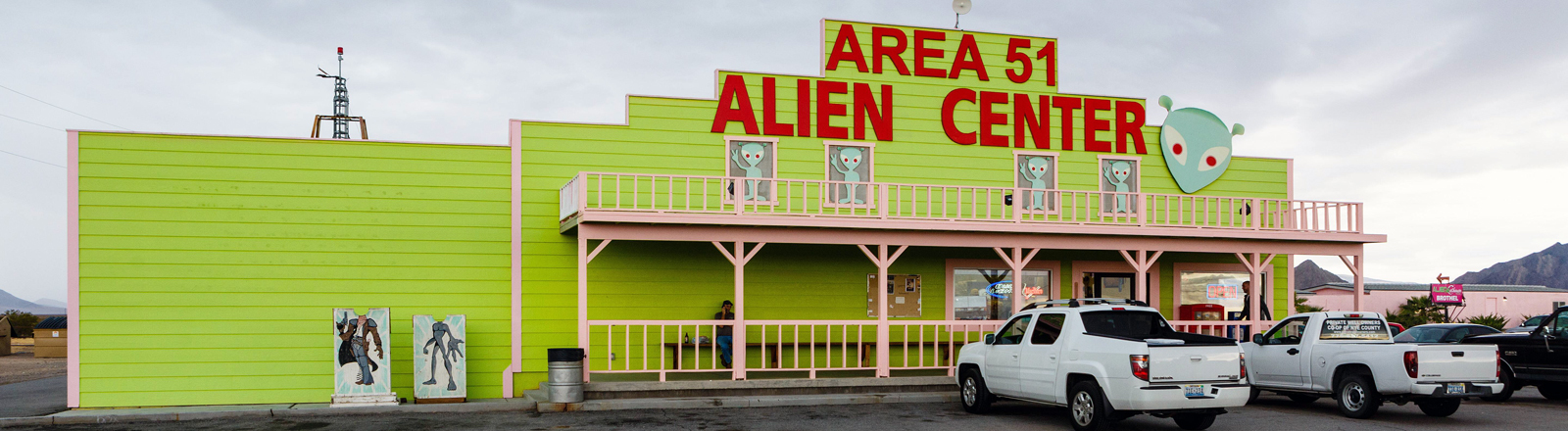 USA, United States of America, Nevada, Amargosa Valley, 28.10.2016: Area 51 Alien Travel Center, Restaurent, Shop und Tankstelle am US Highway 95 - inmitten des Nirgendwo