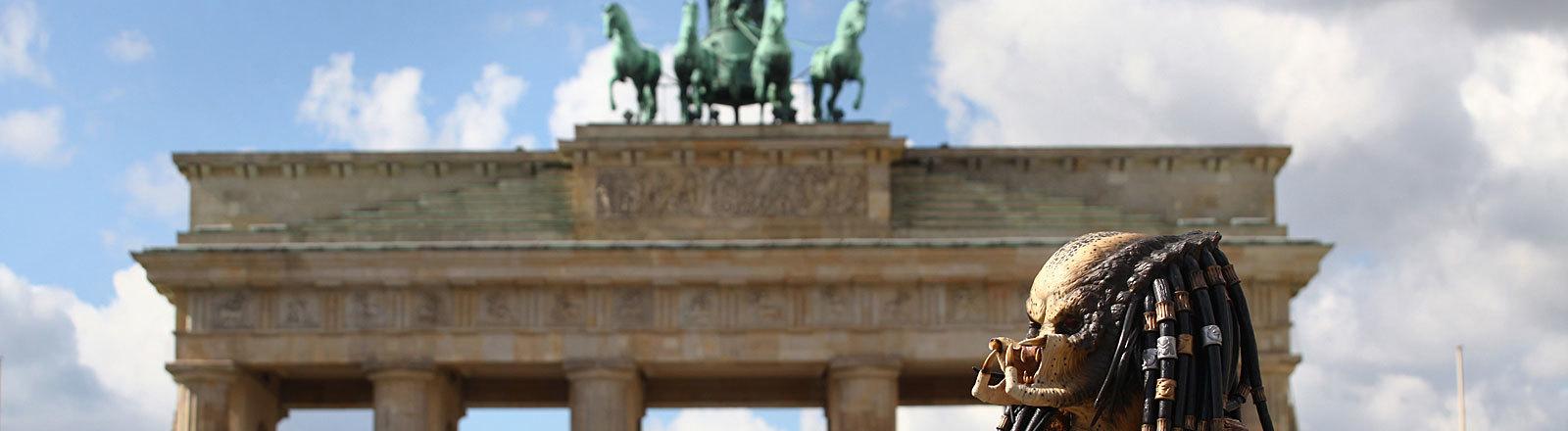 Als Monster verkleideter Mann am Brandenburger Tor