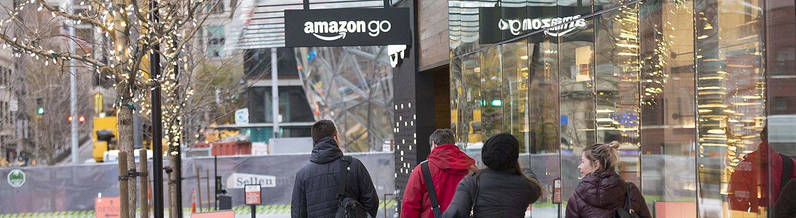 Passanten vor dem Amazon-Go-Supermarkt in Seattle