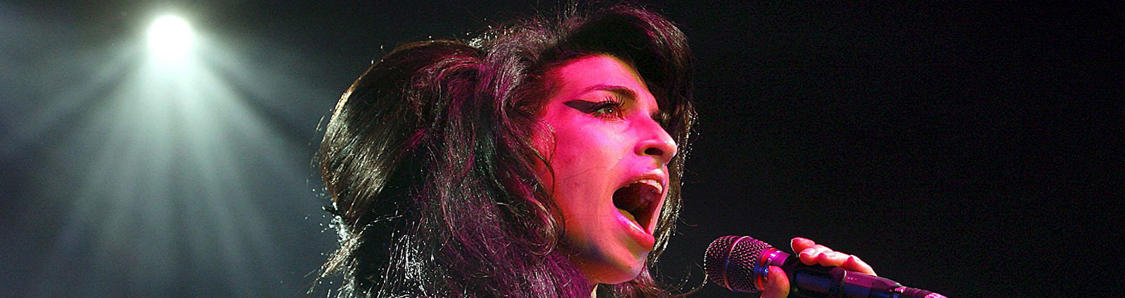 Amy Winehouse on stage