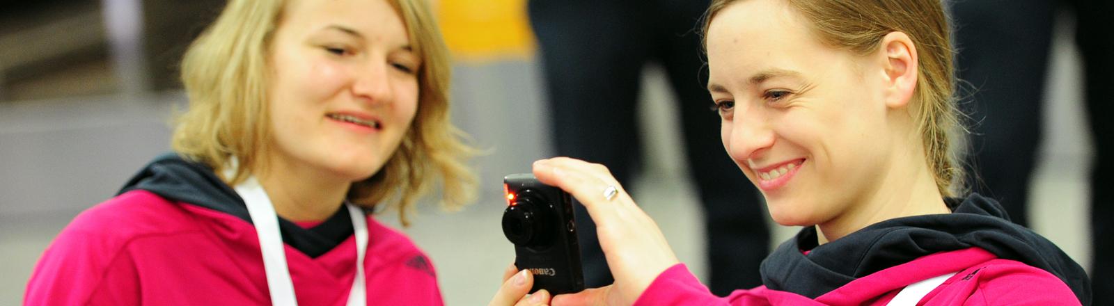 Anna-Lena Forster (links) und Anna Schaffelhuber sind zwei von 13 Athleten, die vom Deutschen Behindertensportverband nach Sotschi geschickt werden.