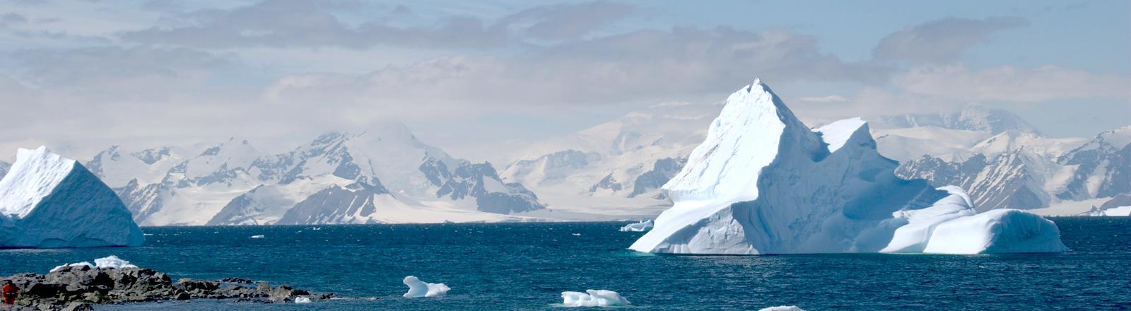 Blick auf Eisberge und Schnee