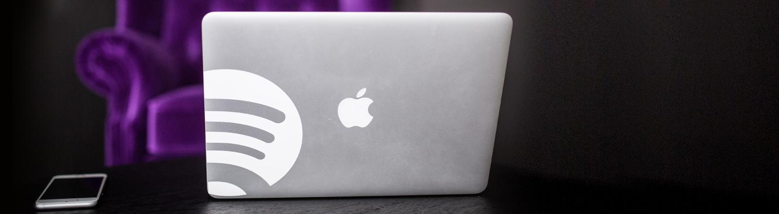 Auf einem MacBook prangt das Spotify Logo