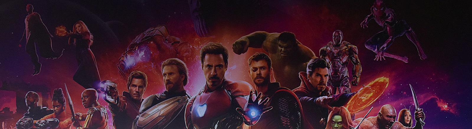 """""""Avengers: Infinity War"""" Pressekonferenz in Shanghai, Ausschnitt der Wanddeko mit einigen der Superhelden"""