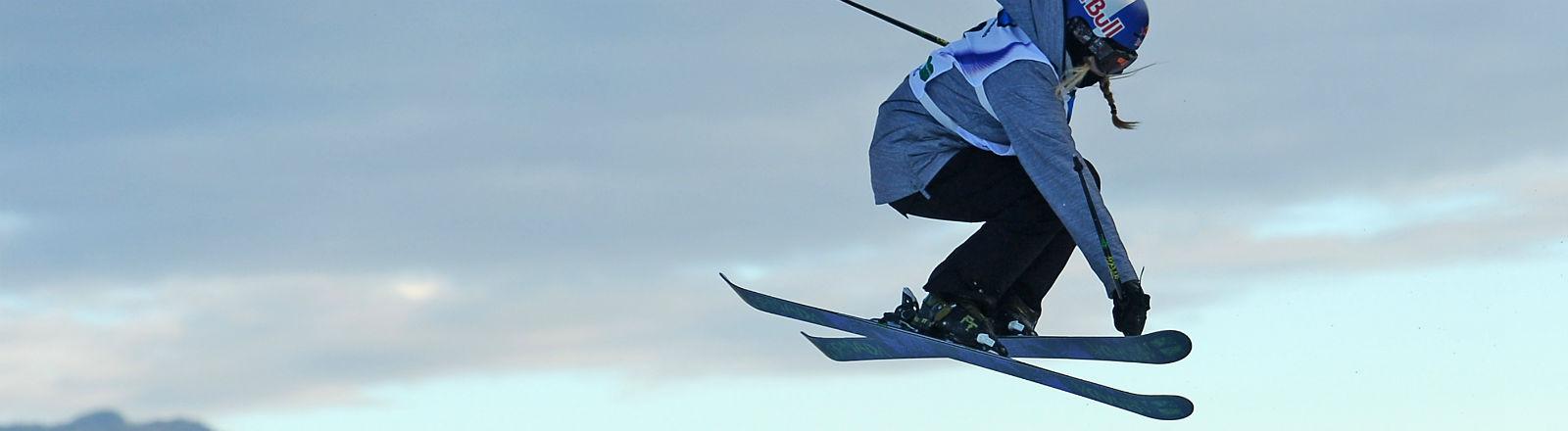Eine Skifahrerin bei einem Sprung. Bild: dpa