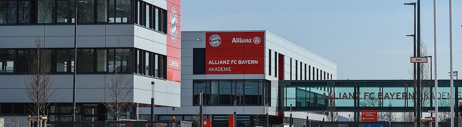Blick durch das Eingangstor auf das Gelände des FC Bayern Campus.