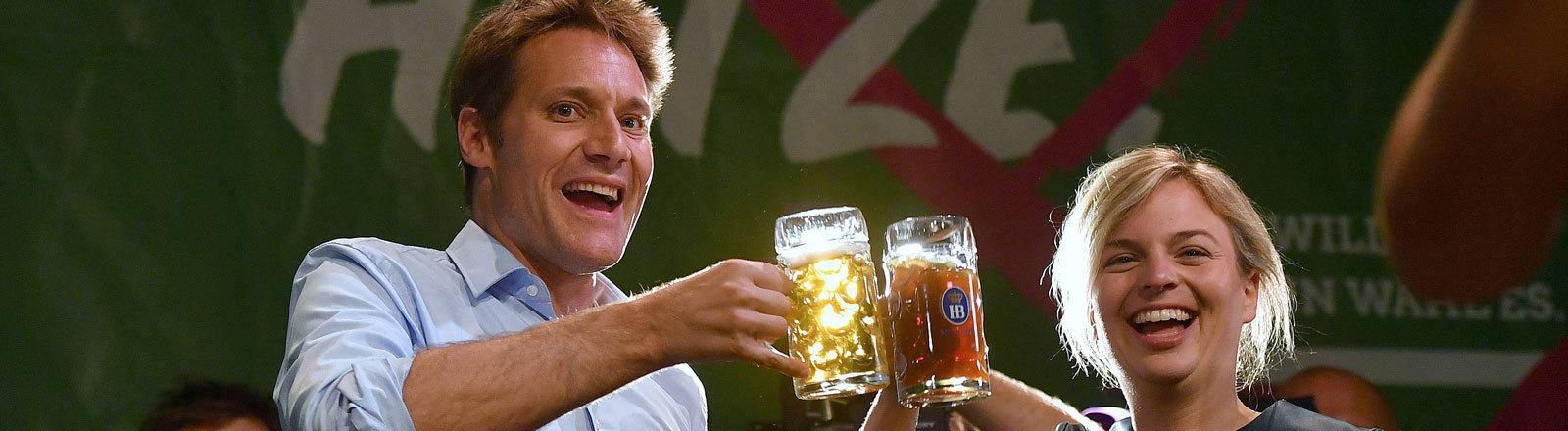 Ludwig Hartmann und Katharina Schulze stoßen nach dem guten Abschneiden bei der Landtagswahl in Bayern 2018 mit Weißbier an