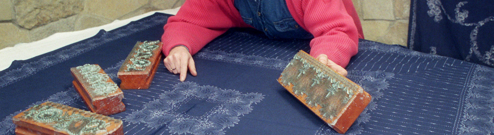 In seiner Werkstatt in Berlin-Rahnsdorf arbeitet Holger Starcken an Textilien