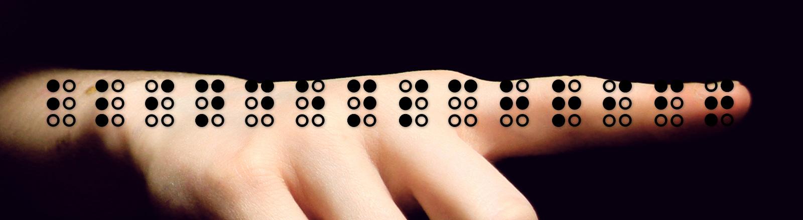 Jemand zeigt mit dem Zeigefinger auf Braille