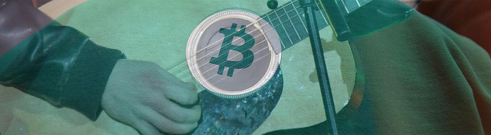"""Musiker an Gitarre / Bitcoin-Logo auf grünem Pulli mit Schriftzug """"To the Moon"""""""