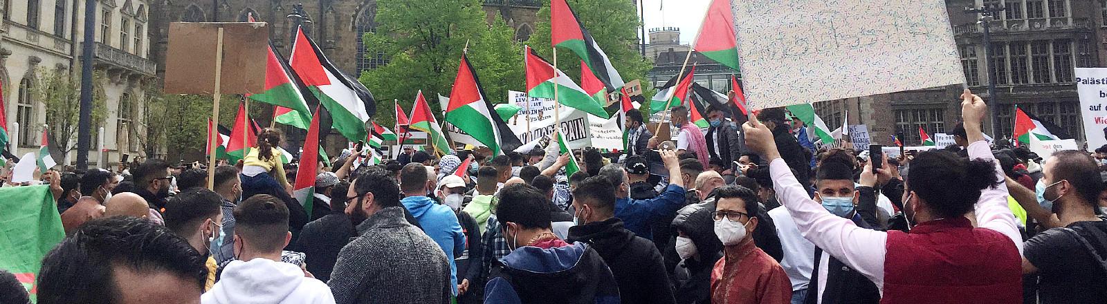 Mit Sprechchören und Palästina-Flaggen demonstriertenam 13.05.2021 rund 1500 Menschen in Bremen auf dem Domshof gegen Israels Politik.