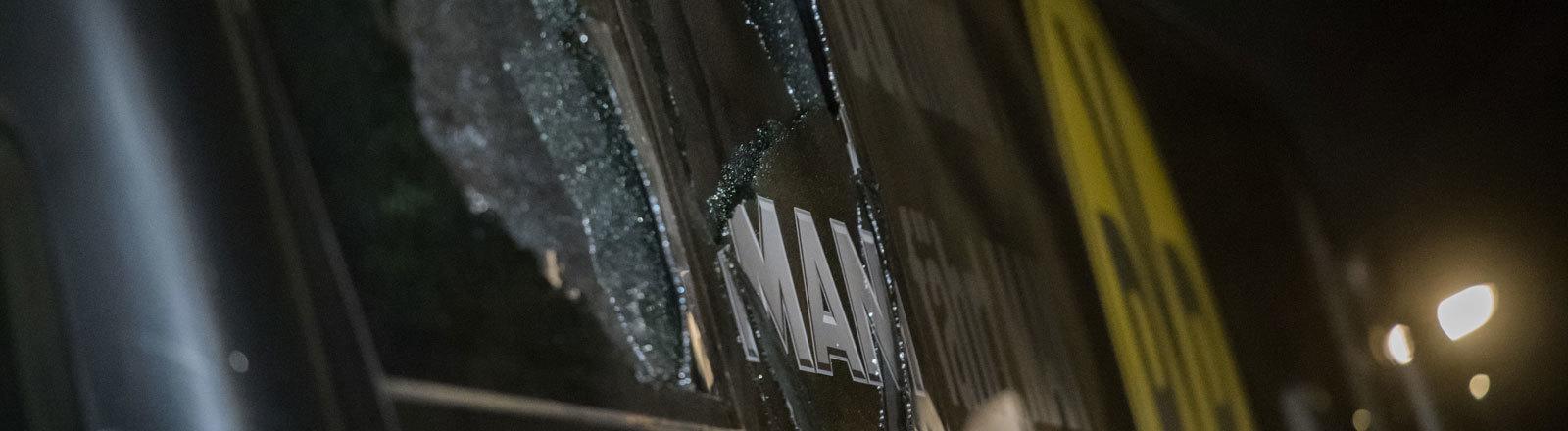 Nach einem Anschlag zerborstene Scheiben des Teambus von Borussia Dortmund