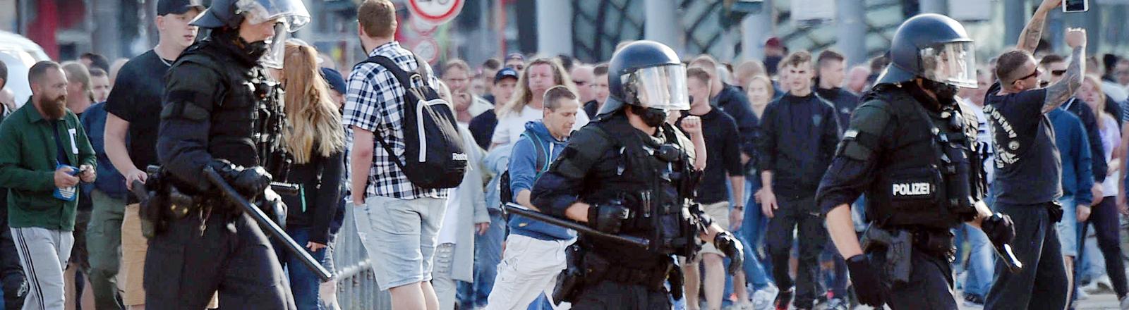 Polizisten bei der Demonstration Chemnitz.