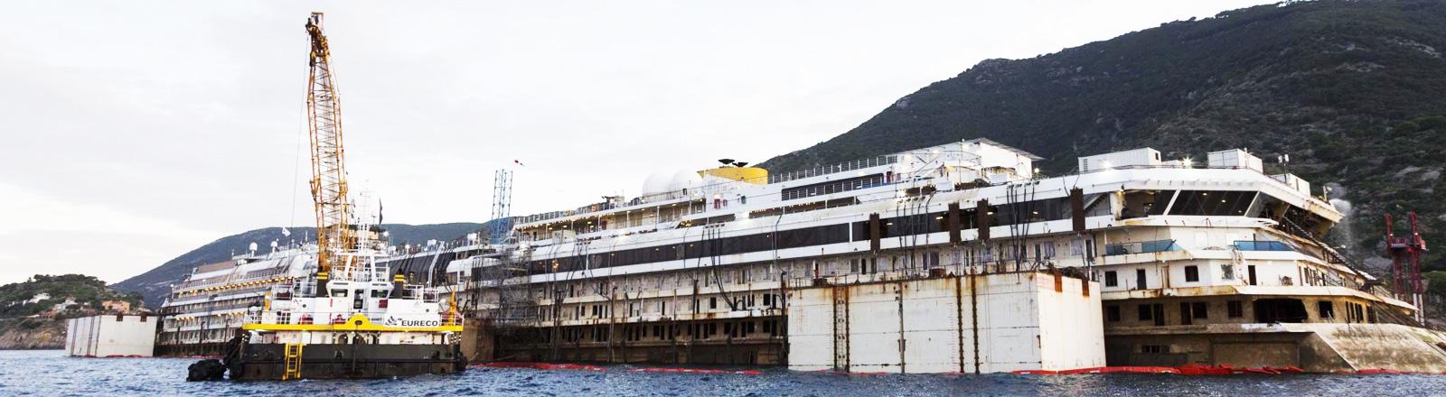 Die Costa Concordia wird für den Abtransport vorbereitet (dpa).