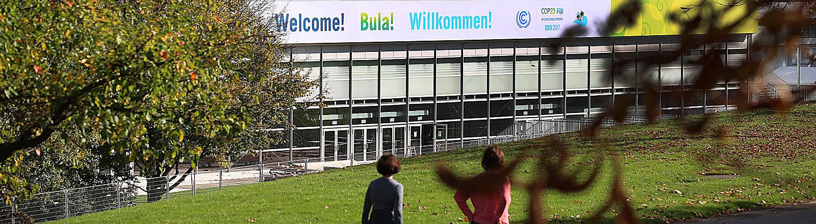 Spaziergänger gehen in Bonn an einem Zelt für die UN-Weltklimakonferenz vorbei.